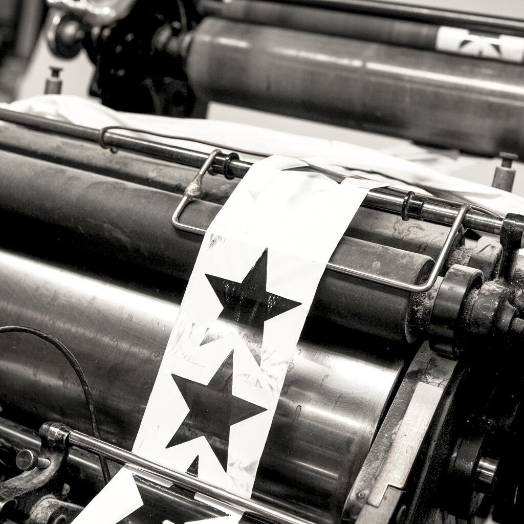 Lederen postkaarten 'star' op de productiemachine
