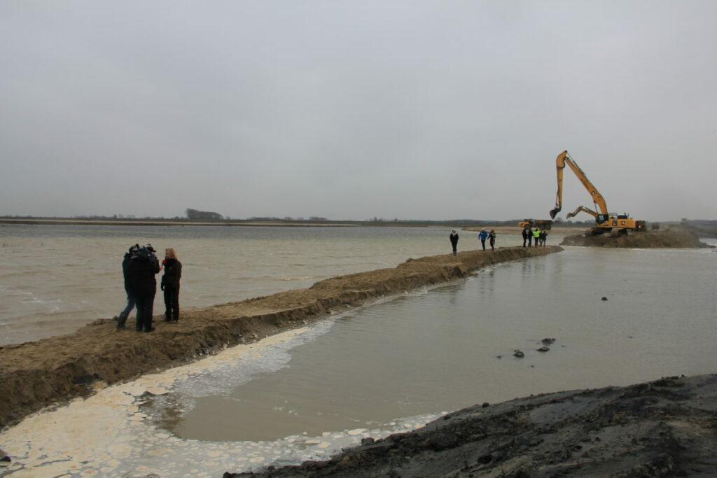 Aanleg van internationale dijk in het Zwin