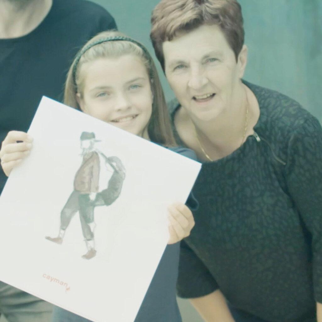 Meisje die een schets van 'Allemaal Neutraal' vasthoudt