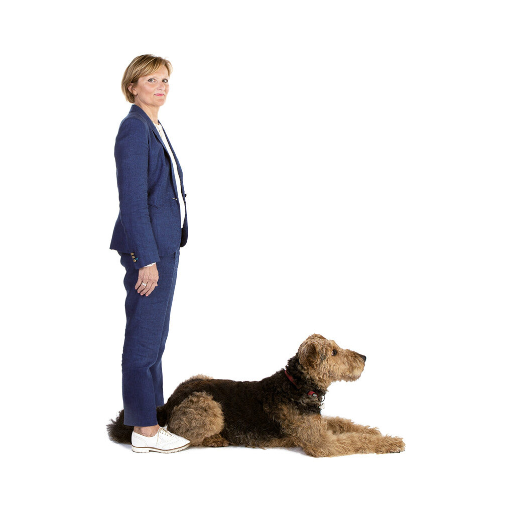 Vrouw en hond vormen de letter 'L'