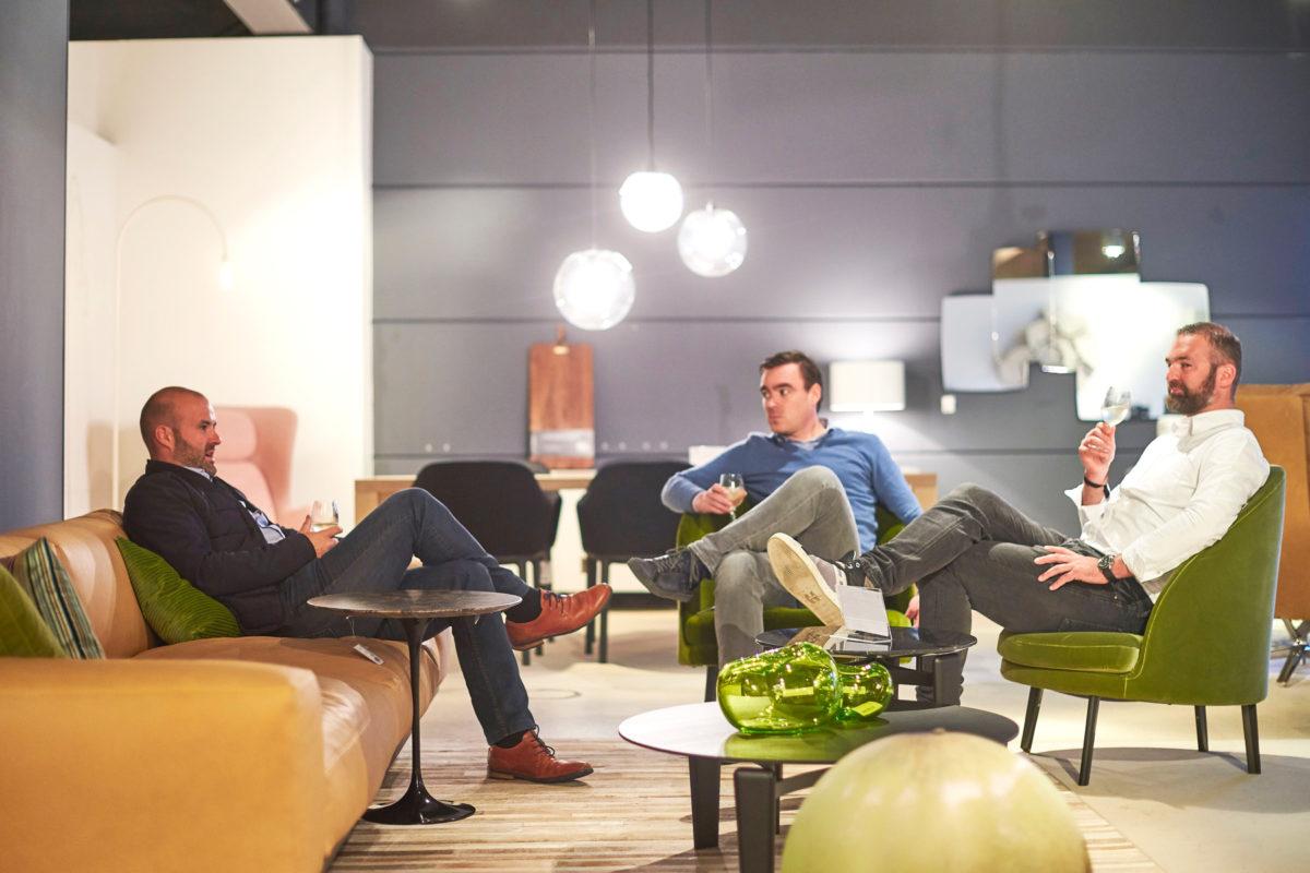 Drie mannen in de showroom van Casteelken in Oostkamp
