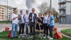 Mensen met de duim omhoog voor de hoffelijkheidscampagne 'Duim meer in het verkeer' voor Stad Gent