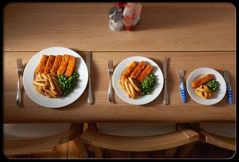 3 borden van verschillende groottes met fishsticks en frieten