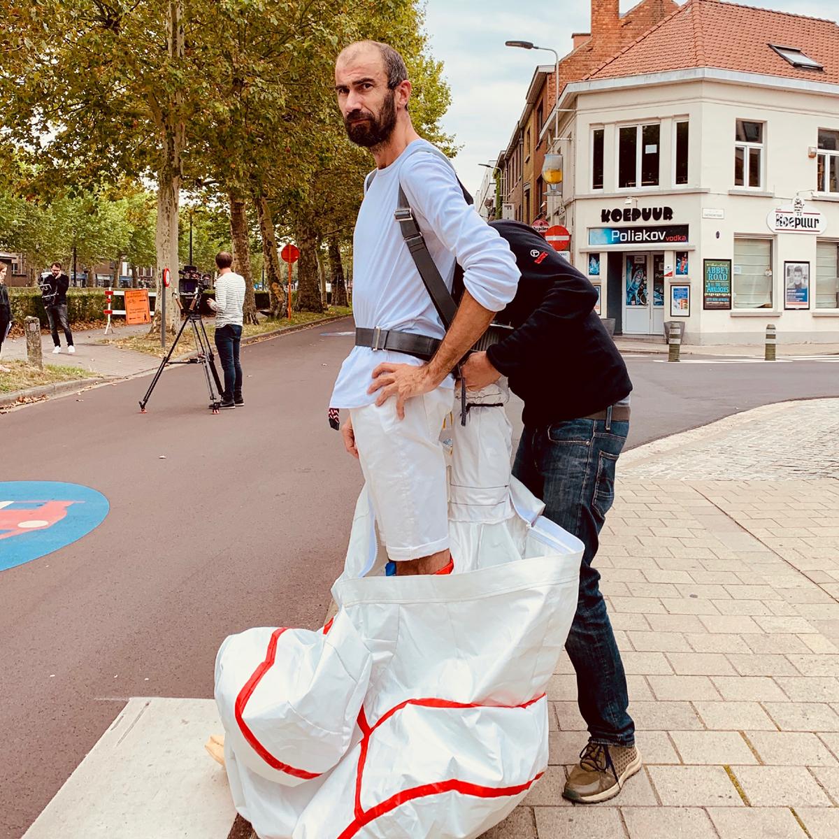 Acteur Bart Dhondt als mascotte (duimman) voor de hoffelijkheidscampagne voor studenten in Gent