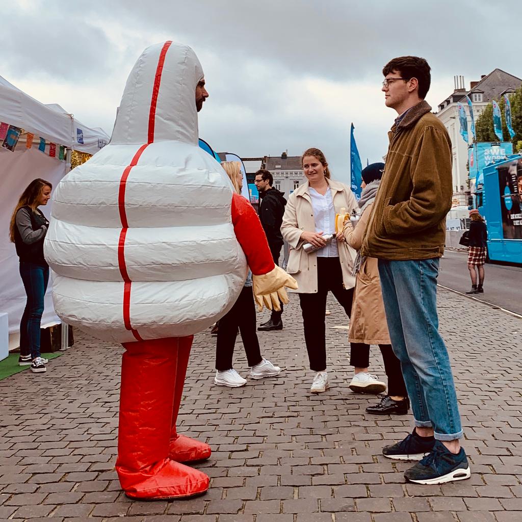 Staarwedstrijden met Duimman van hoffelijkheidscampagne op de student Kick-Off in Gent