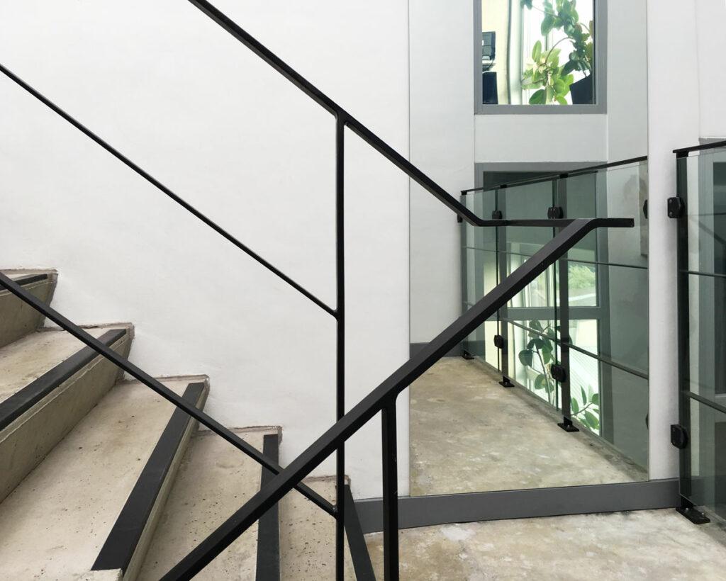 Spiegel in de traphal van het Cayman-gebouw