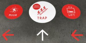 Vloerstickers die de keuze tussen lift of trap aangeven