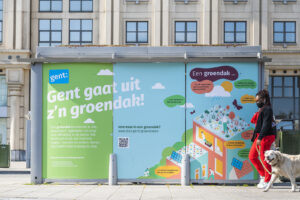 Bestickering van een bushokje in Stad Gent voor het project Groendaken