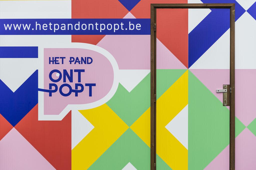Kiosk ingekleed in de kleuren van Het Pand OntPopt voor stad Waregem