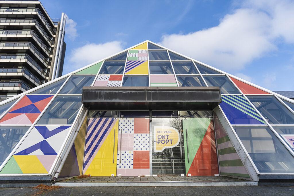 Piramide ingekleed in de kleuren van Het Pand OntPopt voor stad Waregem