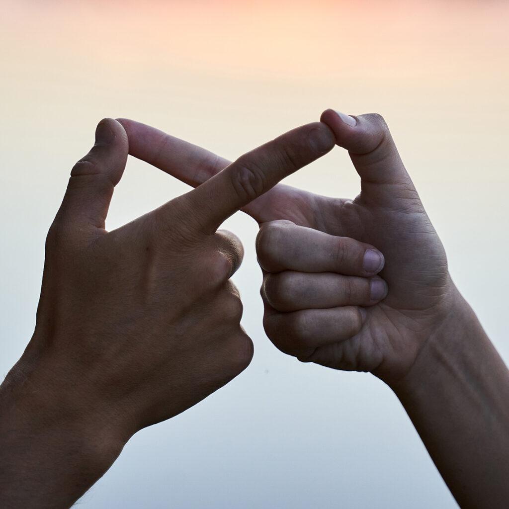 Twee handen die samen het 'infinity-symbool' uitbeelden
