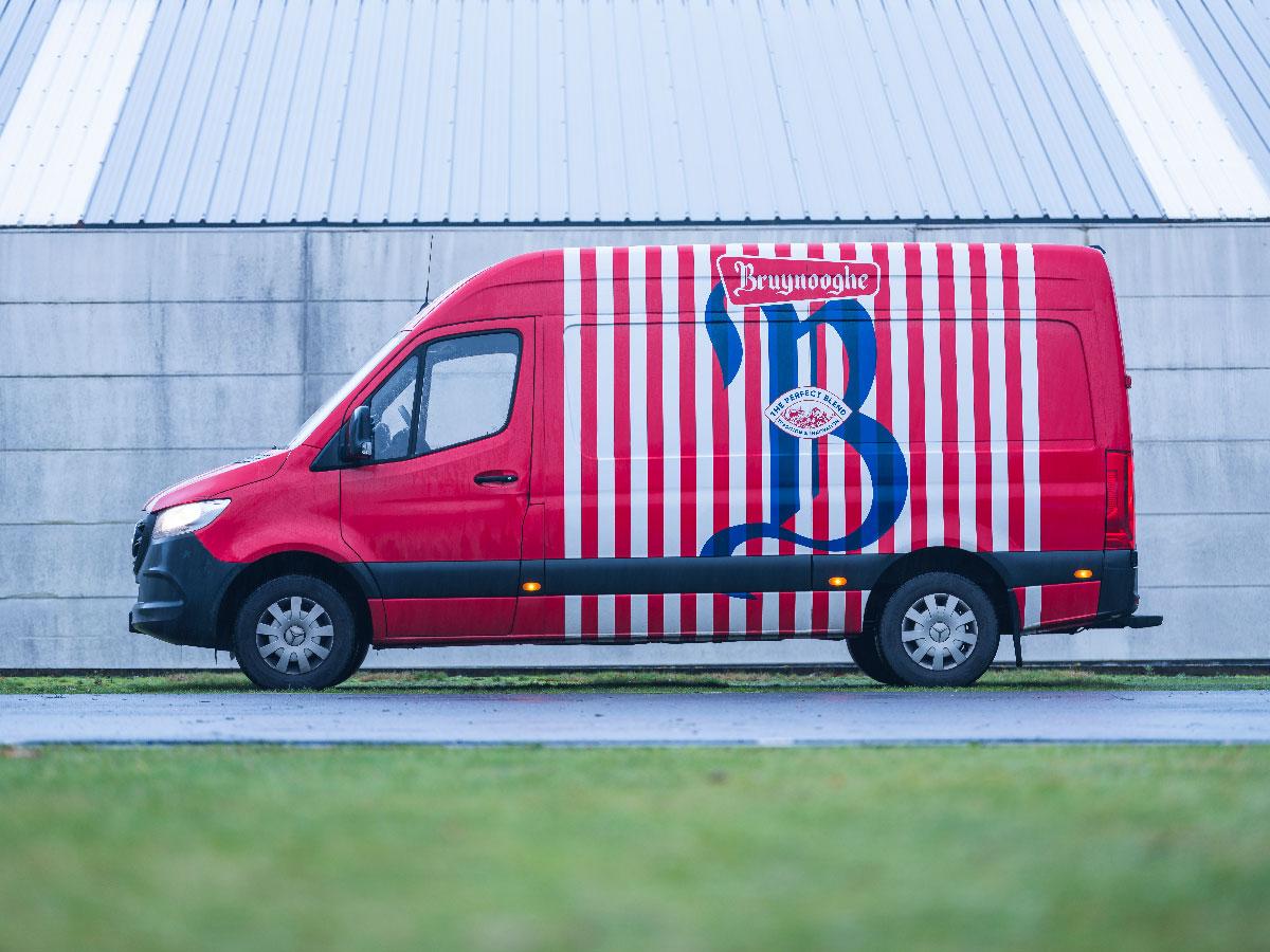Een bestelwagen van Bruynooghe Koffie na de rebranding