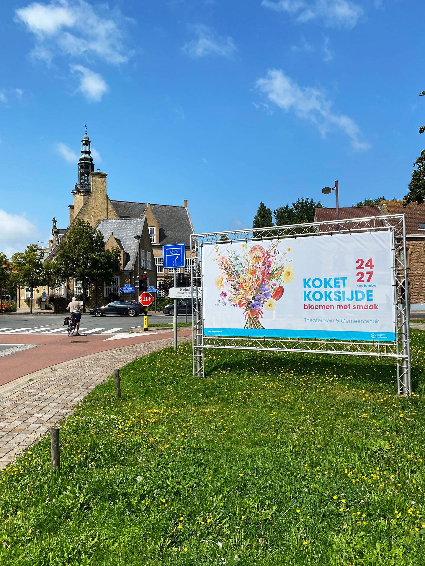 Een banner met het campagnebeeld van Koket Koksijde