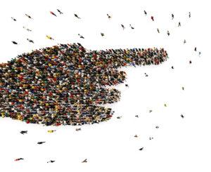 Een groep mensen die samen een wijzende vinger vormen - nudging