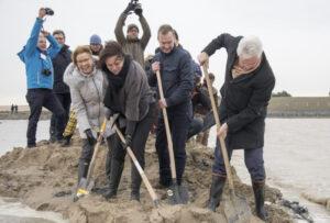 Mensen die graven in de grond voor de uitbreiding van het Zwin
